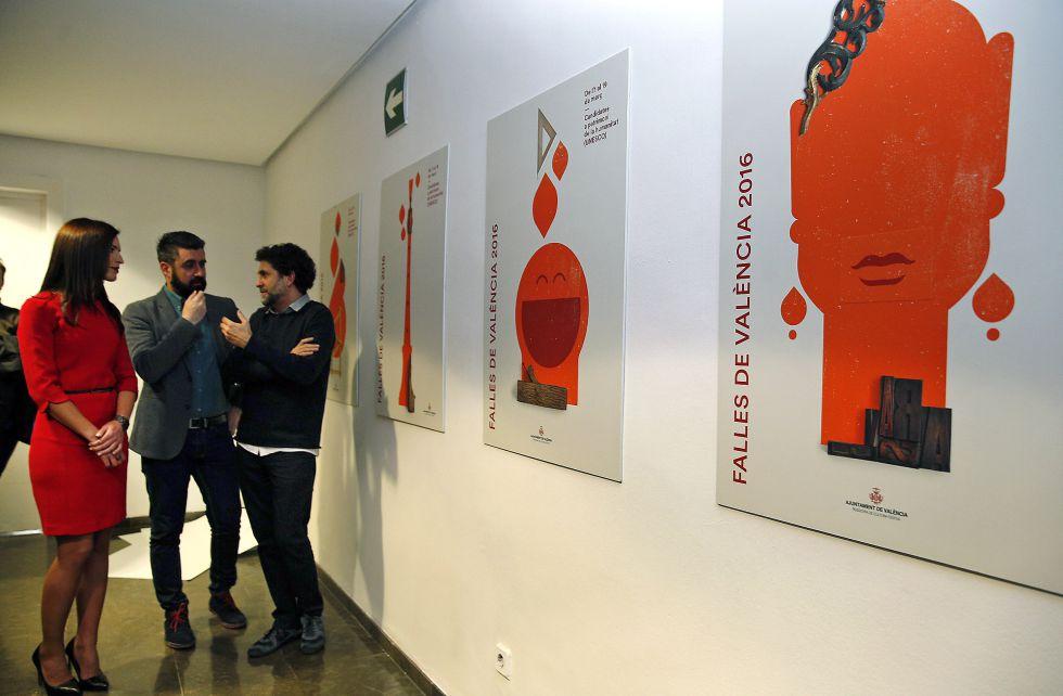 La mayor mayor Alicia Moreno, el concejal Pere Fuset y el artista Ibán Ramón ante los cuatro carteles.