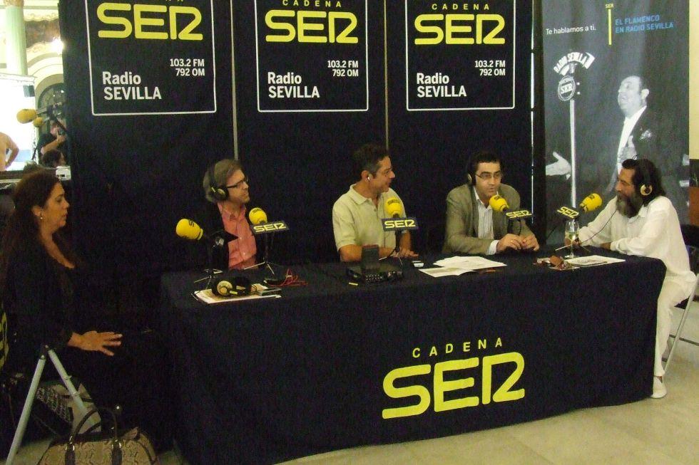 Ildefonso Vergara y Salomón Hachuel, en el centro, durante un programa especial de flamenco en Radio Sevilla.