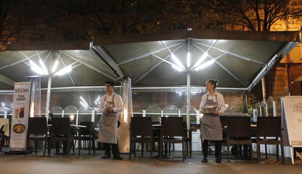 Dos camareros en un establecimiento de Barcelona.