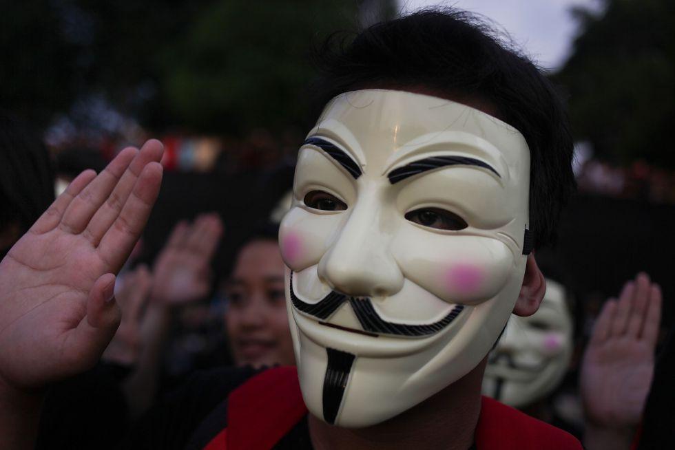 Un manifestante porta una máscara de Anonymous en Kuala Lumpur.