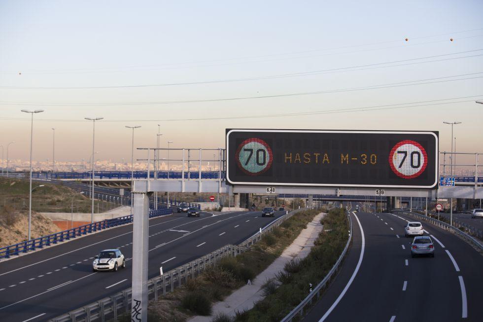 Painéis informativos anunciando a limitação de velocidade em 70 quilômetros por hora.