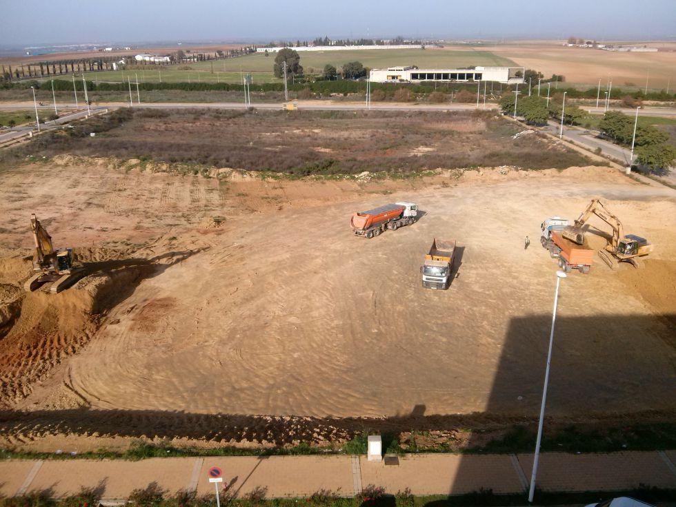 Camiones y excavadoras en los terrenos de El Seminario declarados BIC, en Huelva.
