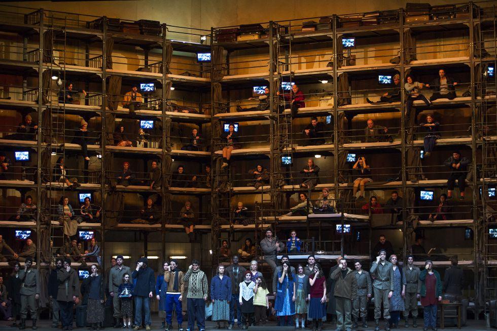 El coro del Liceo en la ópera 'Otello' representado con la escenografía de Harald Thor.