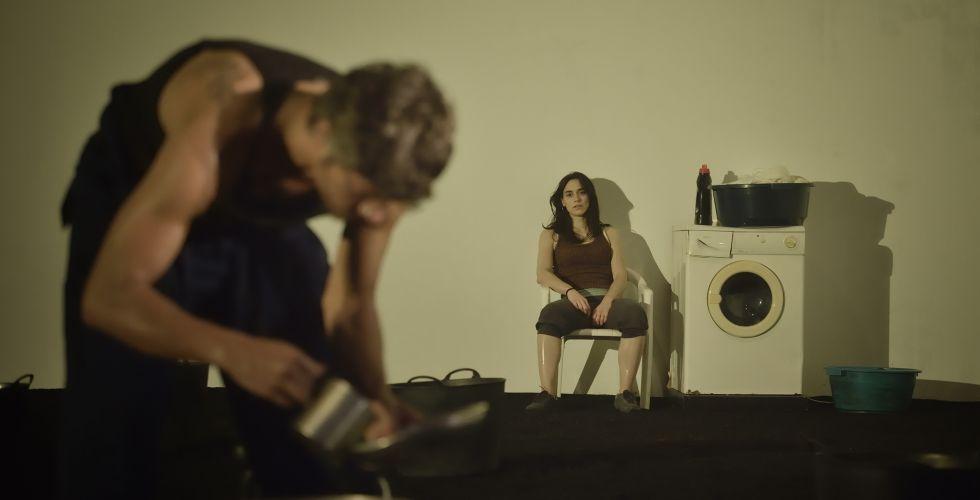 Dos de los protagonistas de 'Maria Rosa', de Guimerà, en el TNC. rn