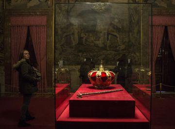 Corona y el cetro real expuestos en el Palacio Real.