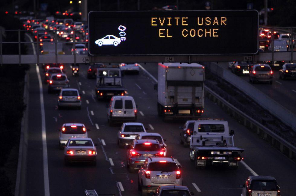 Tráfico intenso y retenciones en la M- 30 a pesar de la recomendación municipal de no utilizar el coche el pasado 1 de diciembre.