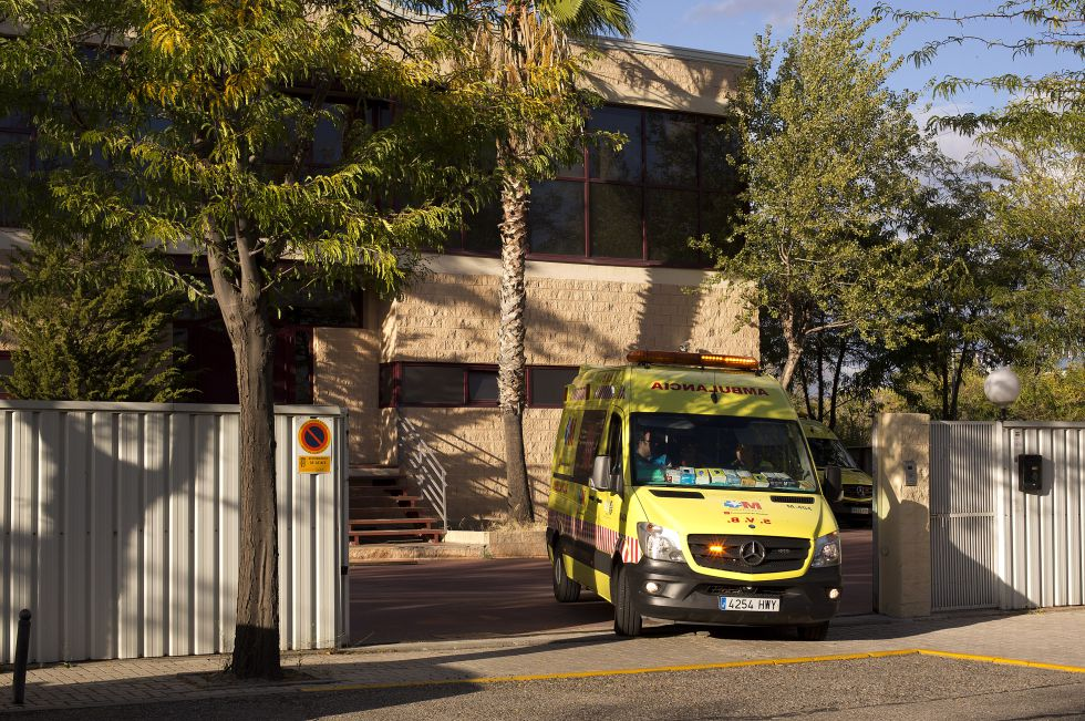Una ambulancia abandona la sede de la empresa Safe Eurolimp en Getafe, en octubre de 2014.