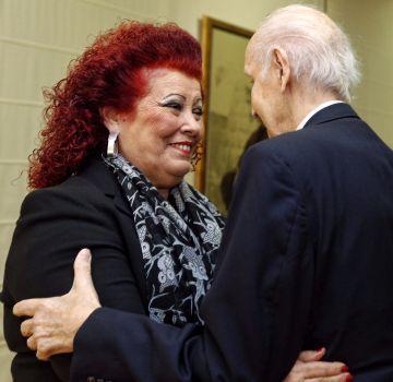 Ciscar y Grisolía, de espaldas, se abrazan en el Consell Valencià de Cultura.