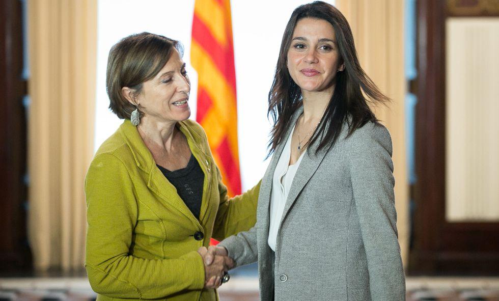 La presidenta del Parlament, Carme Forcadell (i) con la líder de la oposición, Inés Arrimadas (d)