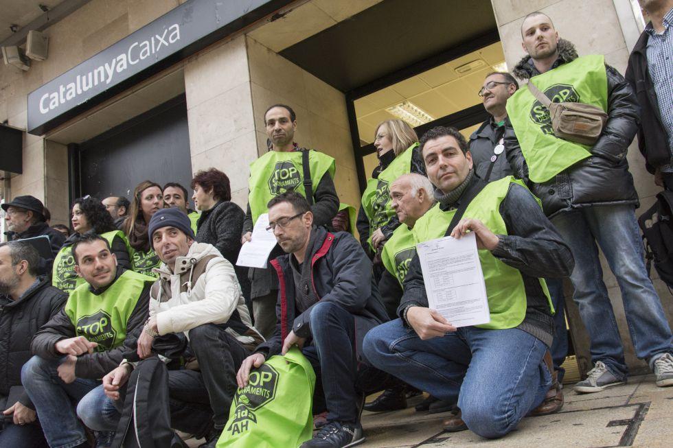 Juzgados 14 activistas de la pah de lleida por okupar una for Caja de cataluna oficinas