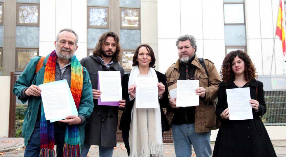 Carolina Bescansa (centro) y otros diputados de Podemos presentan, ayer, en el Consejo de Seguridad Nuclear una iniciativa contra la reapertura de la central de Garoña.