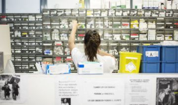 Una enfermera en la farmacia del hospital de Bellvitge (Barcelona)