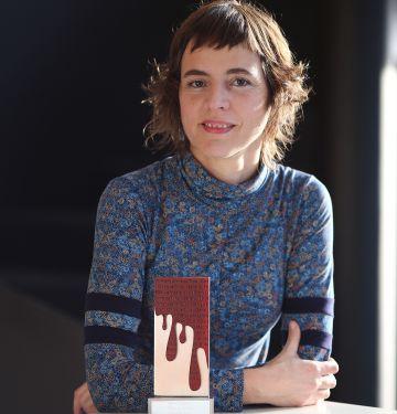 Núria Cadenes, con el premio Crims de tinta.