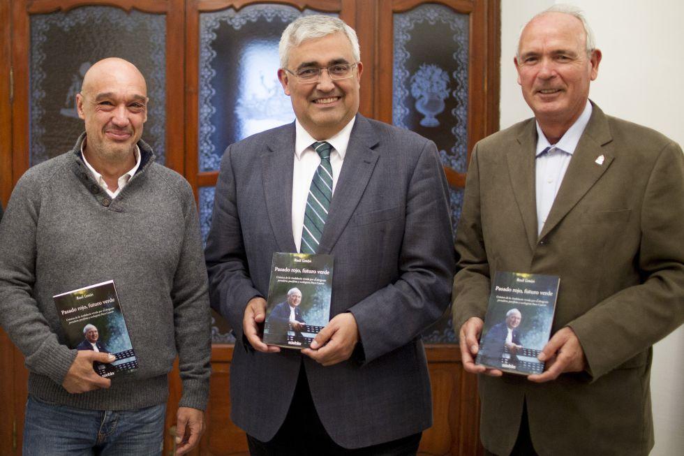 El periodista Raúl Limón, el consejero de Economía, Antonio Ramírez de Arellano, y el dirigente jornalero Paco Casero, en Sevilla.