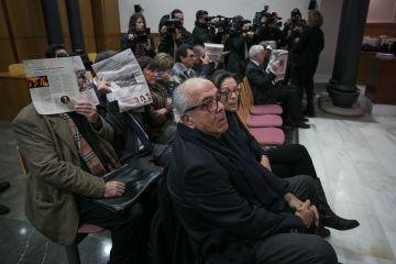 El doctor Carlos Morín, junto a su esposa, en la repetición del juicio por supuestos abortos ilegales en sus clínicas de Barcelona.