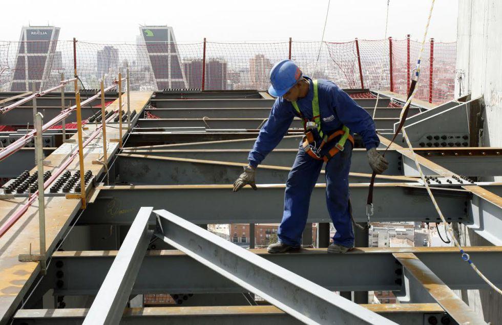 Un trabajador en un edificio en construcción en Madrid.