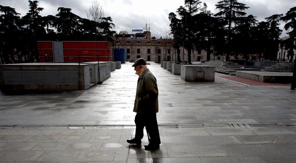 Un vecino atraviesa la plaza de España de San Fernando de Henares.
