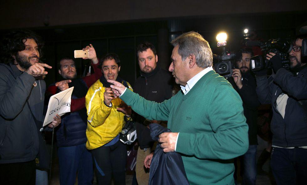 Rus, expresidente de la Diputación de Valencia, se encara con críticos que le esperaban a la salida de los juzgados de Valencia, tras pasar tres días detenido.