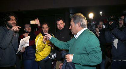 Rus se encara con críticos que le esperaban tras quedar en libertad.