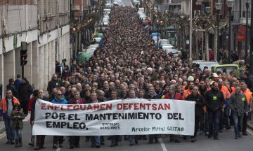 """El comité de empresa de la ACB de Sestao ha celebrado una manifestación en Sestao (Bizkaia) en defensa del empleo tras el anuncio por parte de la empresa Arcelor Mittal de una """"parada temporal indefinida de la planta"""""""