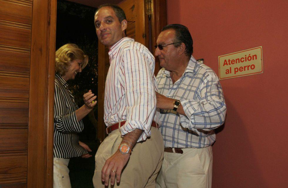 Carlos Fabra, invita a entrar en su casa de Oropesa a Camps en el año 2005.