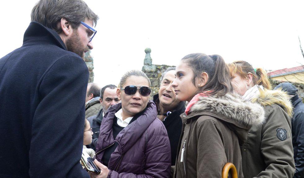 El alcalde de Vitoria, Gorka Urtaran saluda a Juliana la hermana pequeña de Gabriela y a la madre de ambas, en el centro, el día del funeral