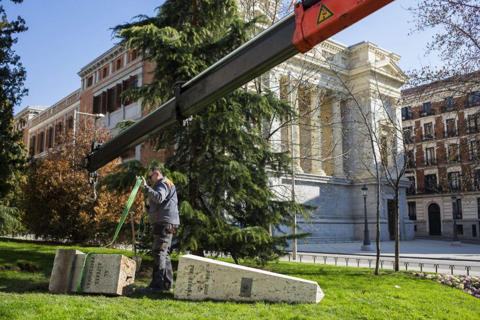 El monolito al Alférez Provisional, retirado este lunes.