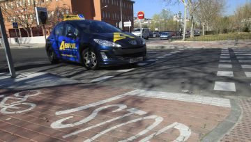 Una autoescuela circula por las calles de Alcorcón