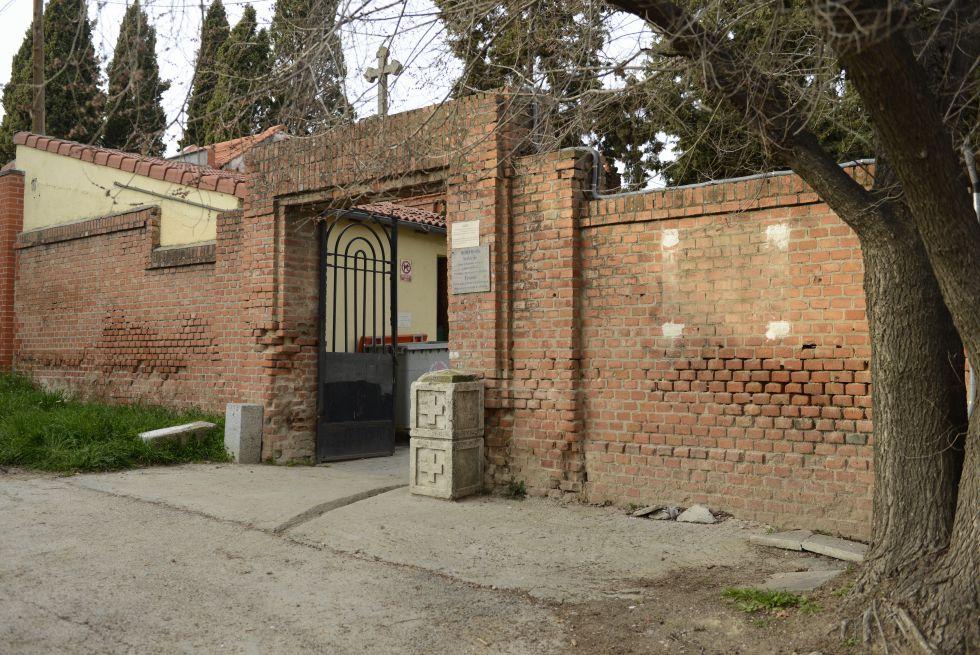 Muro del cementerio de los carmelitas en Carabanchel Bajo sin la placa.