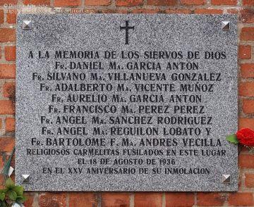 Placa retirada en el cementerio de Carabanchel Bajo que homenajeaba a ocho religiosos carmelitas.