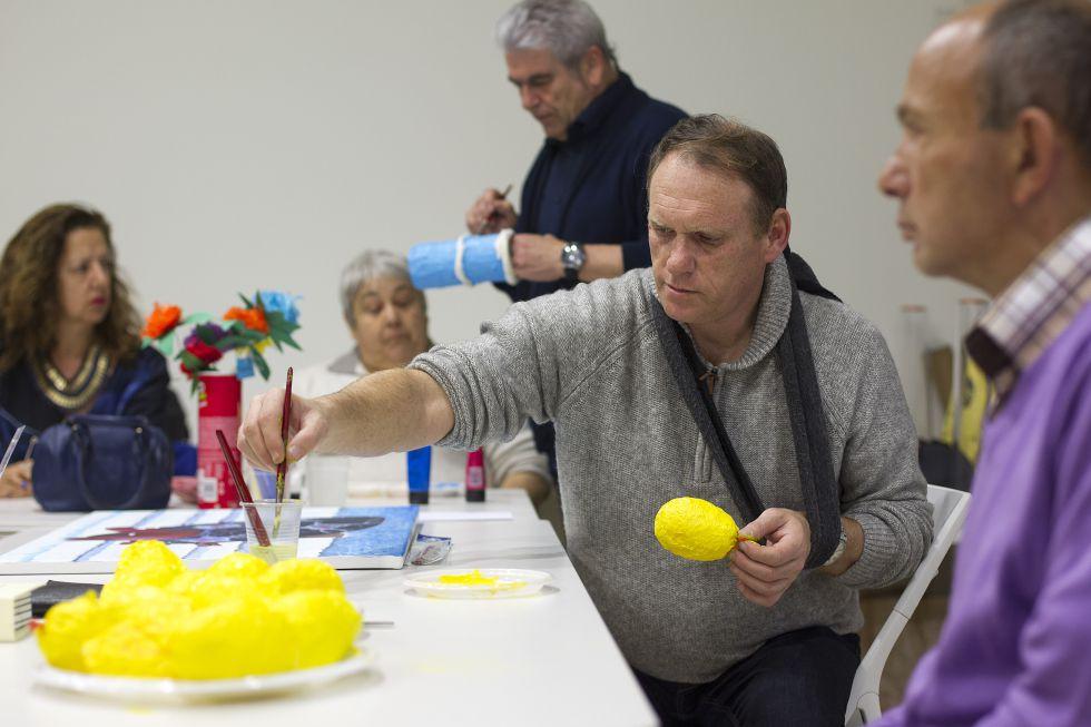 Enfermos mentales, durante el taller que ha acogido el Museo Carmen Thyssen. De pie, Francisco Durán, enfermero especialista en Salud Mental e ideólogo del programa.