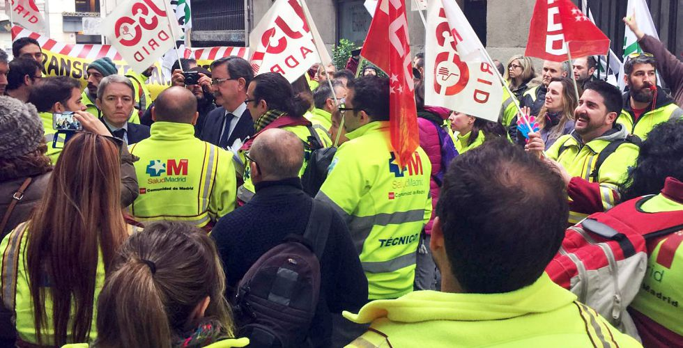 El viceconsejero de Sanidad habla con manifestantes del servicio de ambulancias, concentrados este martes ante la consejería.
