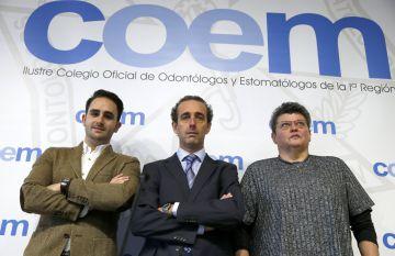 Antonio Montero (c), acompañado por un dentista de las clínicas afectadas (izqda.) y una paciente.