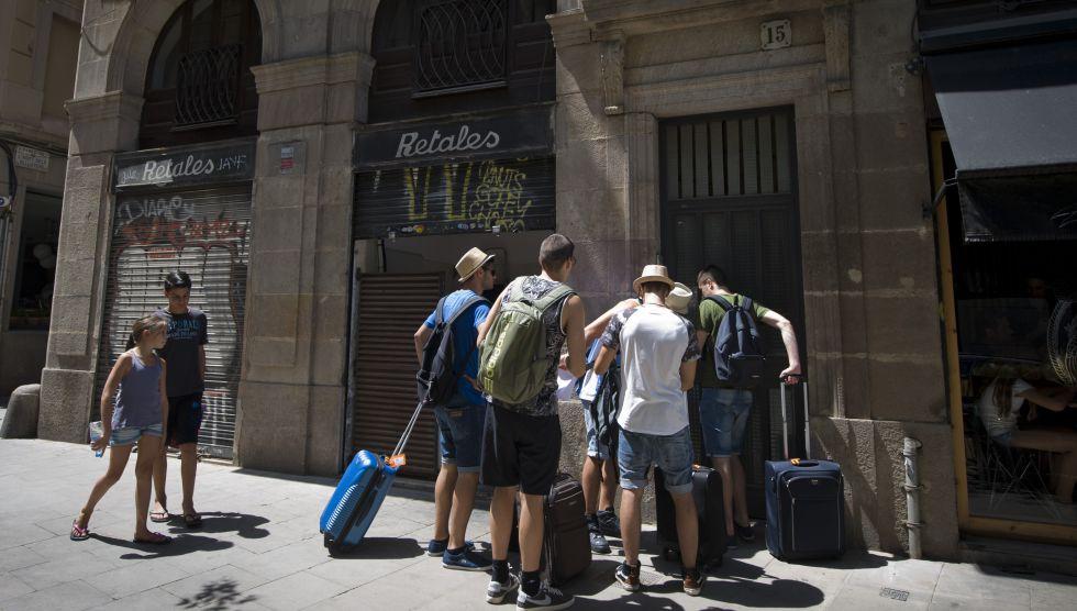 Un grupo de turistas aguarda para entrar en un apartamento en el centro de Barcelona.