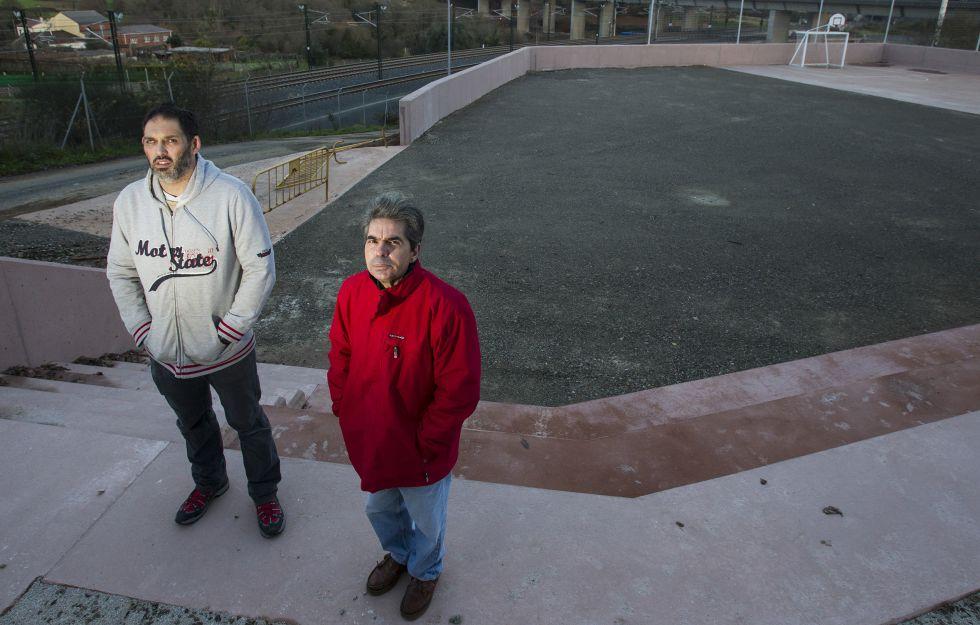 Martín Rozas e Isidoro Castaño, de la asociación de vecinos de Angrois, en el parque.