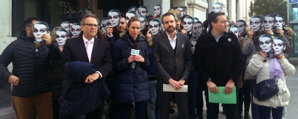 Protesta contra el cierre del teatro, ayer frente al Palacio de Cibeles.