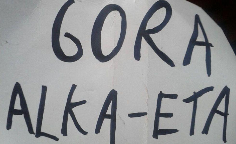 Pancarta mostrada durante la representación.