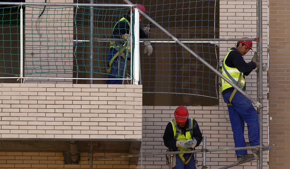 Tres trabajadores, en una obra en el nuevo barrio de Vallecas.