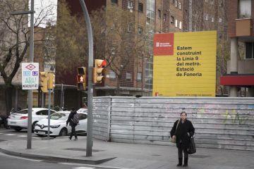 Los carteles institucionales de la L9 en Zona Franca chocan con los de los vecinos.
