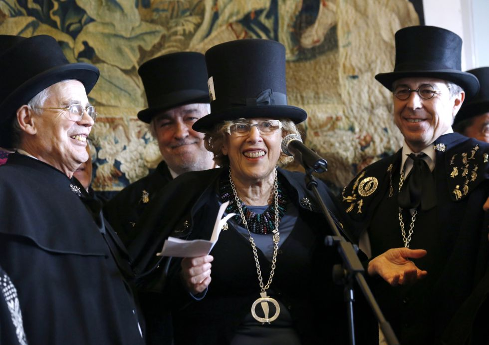 La alcadesa de Madrid tras ser nombrada cofrade de honor de la cofradía del entierro de la sardina, este miércoles.