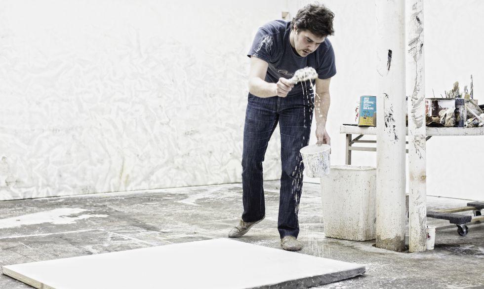 Hugo Fontela durante el proceso de creación de una de sus obras.