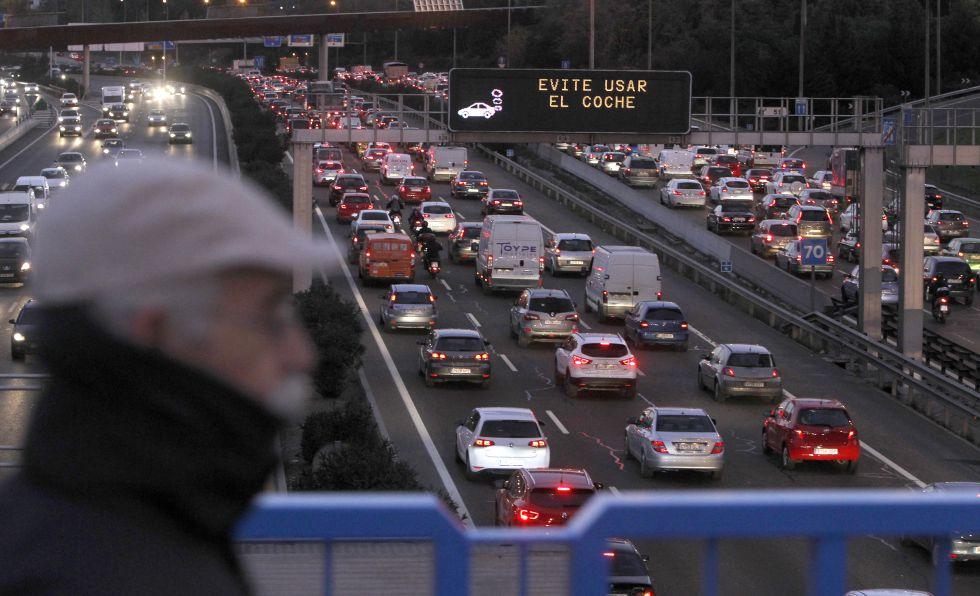 Tráfico intenso y retenciones en la M-30 en 1 de diciembre, cuando se limitó la velocidad a 70 kilómetros en el anillo circulatorio de la capital.
