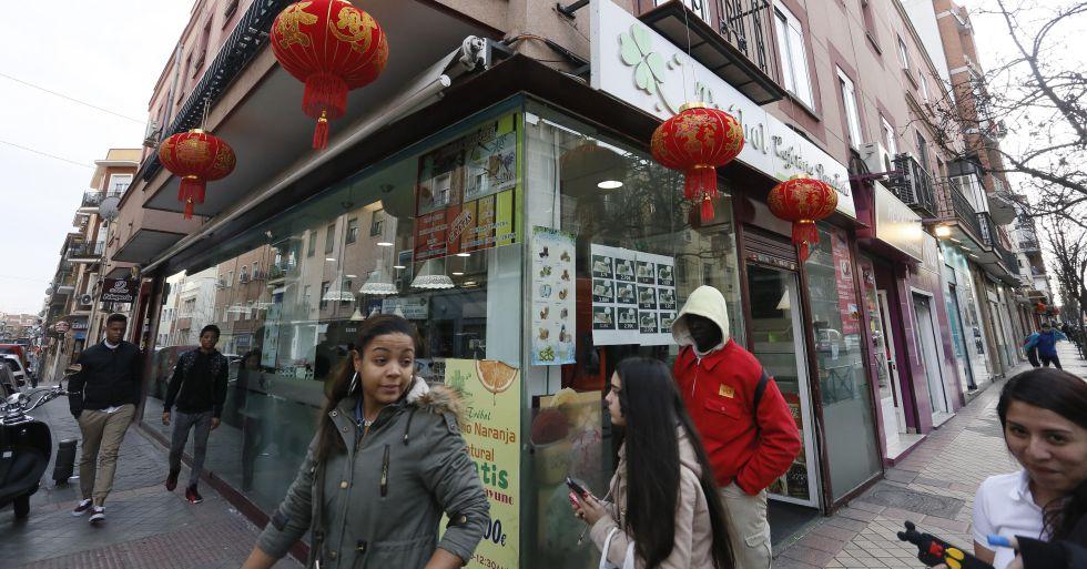 Desde principios de mes, la mayoría de los negocios en Usera ha colgado los típicos farolillos rojos.