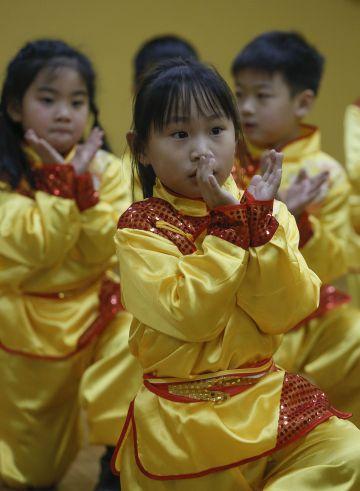 Un grupo de niños chinos ensayan para su actuación.