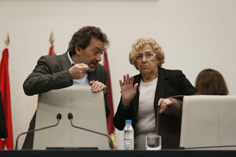 La alcaldesa de Madrid, Manuela Carmena, y el concejal de su grupo Mauricio Valiente, ayer en el Ayuntamiento de la capital.