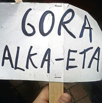 Pancarta exhibida durante los títeres y decomisada por la policía.