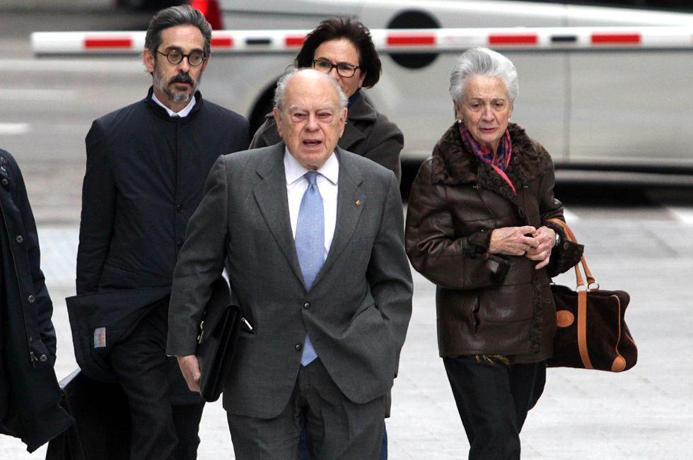 Jordi Pujol, con su esposa, el pasado miércoles, al llegar a la Audiencia Nacional