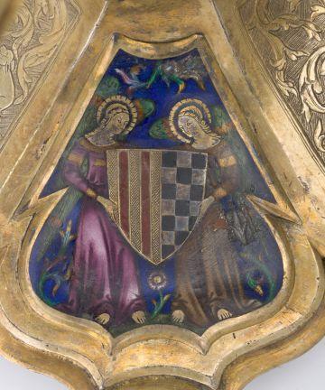 Uno de los escudos de Pere II situado en la base del copón.
