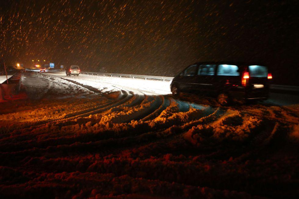 La nieve dificulta la circulación en el paso de A Canda (Ourense) durante la noche.
