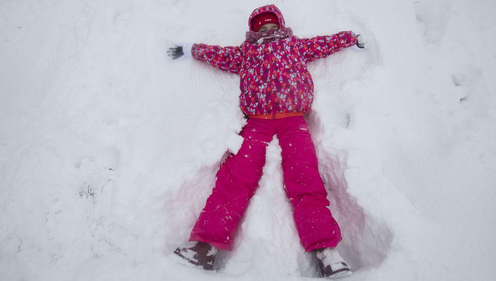 Una niña juega en la nieve en Pedrafita do Cebreiro.